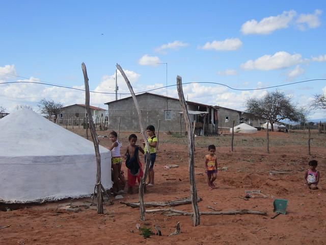 Un asentamiento rural en el estado de Pernambuco, en la ecorregión del Semiárido de Brasil. Las cisternas de agua para beber y de uso residencial cambiaron la vida en esa tierra reseca, donde ya se han instalado 1,1 millones de esos depósitos de 16 000 litros de agua potable, proveniente de la lluvia recolectada en los techos. Foto: Mario Osava/IPS