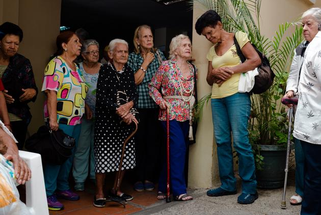 Un grupo de abuelas se forma en espera de ayuda para alimentos y medicinas en un club de personas mayores en el sureste de Caracas. La ONU pide que se levanten las sanciones económicas a países como Venezuela y Cuba para que puedan abastecer mejor a su población. Foto: Yadira Pérez /IRIN