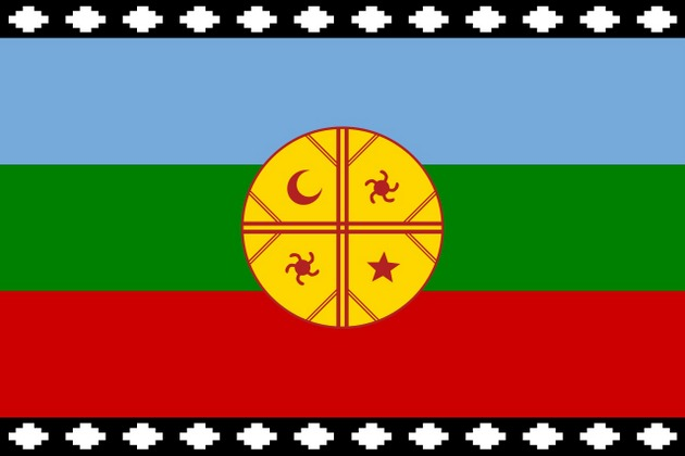Desde hace varias décadas los mapuches acompañan con su bandera las demostraciones en reclamo de tierras ancestrales y otros derechos, a los que se suma en plena pandemia la demanda de que los presos de su pueblo puedan cumplir sus condenas en el interior de sus comunidades y no en las cárceles