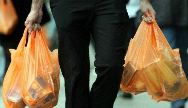 Las bolsas plásticas desaparecen en Chile y los consumidores las reemplazan por bolsos de tela u otros materiales reciclables. La tendencia mundial apunta a reducir o eliminar los plásticos de un solo uso para evitar la contaminación de aguas y suelos con sus desechos. Foto: LA Network