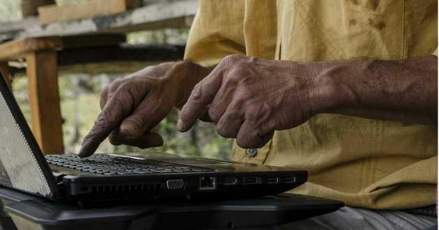 Enfrentar el impacto económico y social de la covid-19 requiere trabajar para cerrar la brecha digital entre quienes tienen mayores y menores ingresos, y entre quienes viven y trabajan en la ciudad y quienes lo hacen en el campo. Foto: Acción Cultural Popular