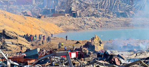 Trabajadores examinan daños que dejó la explosión el 4 de agosto en el puerto de Beirut y que causó la muerte de al menos 160 personas, miles de heridos y grandes pérdidas materiales. La ONU pide ayuda para atender la emergencia e iniciar la reconstrucción. Foto: UNOCHA