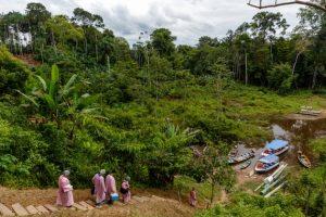 Un equipo de Médicos Sin Fronteras aborda botes en un río de la Amazonia brasileña para visitar comunidades rurales e indígenas en las cuales, pese a su relativo aislamiento, se ha propagado el virus de la covid-19. Foto: MSF