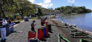 Expertos de Naciones Unidas examinan la playa Bois des Amourettes, en la isla de Mauricio, para evaluar los daños causados por el derrame de combustible de un carguero de propiedad japonesa que encalló cerca de la costa. Foto: OIM