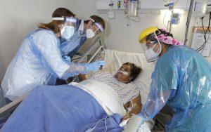 Una paciente de covid es atendida en Chile. Foto: Minsal Chile