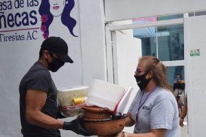 Mujeres trans entregan comida para mostrar solidaridad con personas necesitadas en México, en medio de la pandemia. La falta de protección social incrementa los riesgos para personas en situación de vulnerabilidad, entre ellos los pacientes de otras enfermedades infecciosas. Foto: Luis Arroyo/ONU