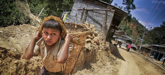 Unos 152 millones de niños y niñas deben trabajar en todo el mundo, según la OIT, cuyos 187 Estados miembros quedan comprometidos a desarrollar programas que supriman las peores formas de trabajo infantil, como la esclavitud, la explotación sexual y las faenas peligrosas. Foto: David Longstreath/IRIN