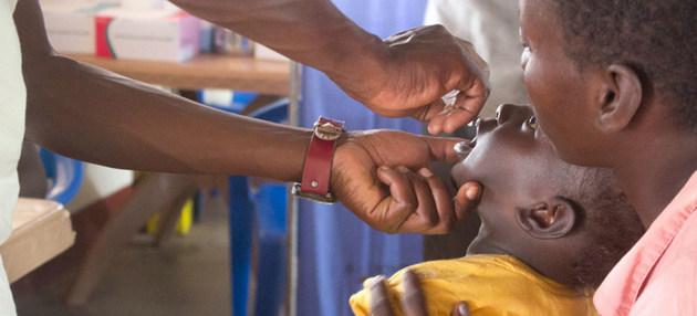 Una alianza de gobiernos, organismos internacionales de salud y fundaciones privadas desarrolló desde 1988 una campaña de vacunación que ha permitido la erradicación de la poliomielitis natural en casi todos los países del mundo. Foto: Henry Bongyereirwe/Unicef