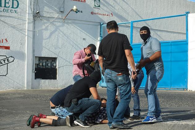 Policías reprimen a un manifestante durante una protesta en la ciudad de Guadalajara. Foto: Félix Márquez/Pie de Página