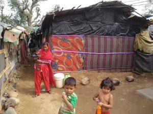 Los niños rohinyás refugiados en los campos de refugiados de Cox's Bazar, en Bangladesh, no podían asistir a la escuela formal hasta que en enero el gobierno del país anunció en enero que lo permitirá. Ahora es la pandemia de covid la que se lo impide. Foto: Stella Paul / IPS