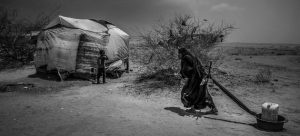Millones de yemeníes, como esta mujer en la norteña región de Abs, necesitan los programas de asistencia de las Naciones Unidas para sobrevivir, en un país asolado por la guerra civil y otras calamidades. Foto: Giles Clarke/OCHA