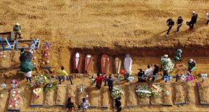 Una tumba colectiva en un cementerio del norteño estado de Amazonas, en Brasil. En América Latina no son solo los sistemas de salud los que están saturados por la pandemia de covid, sino los cementerios y sistemas funerarios. Foto: Fernando Crispim/Amazonia Real