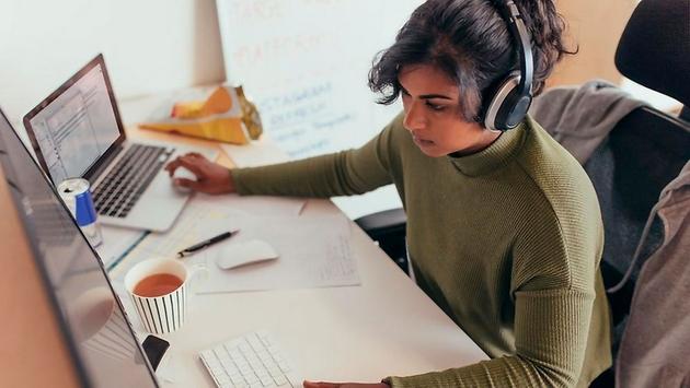 El trabajo a distancia, o teletrabajo, podría multiplicarse en el mundo laboral en el futuro, tras la experiencia de teletrabajo durante la pandemia de covid-19. Foto: Universidad de Chile