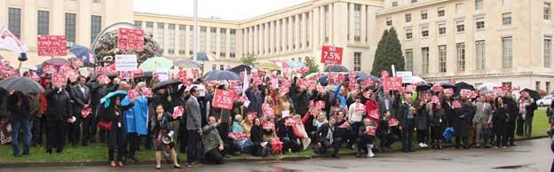 Personal de las Naciones Unidas en Ginebra durante una protesta ante el Palacio de las Naciones, su sede en la ciudad suiza. Foto: ONU