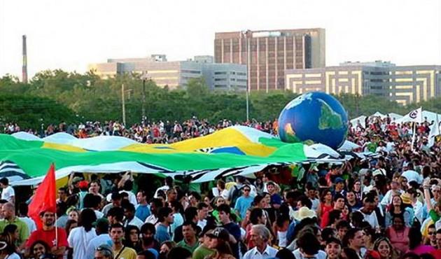 """Imagen de una de las primeras ediciones del Foro Social Mundial, celebrado en la ciudad brasileña de Porto Alegre, con la imagen del globo terráqueo visto desde el Sur, que ha sido parte repetida de sus logos, al igual que su lema: """"Otro mundo es posible"""". Foto: CLAES"""