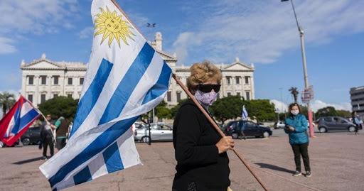 Al contrario que en los países vecinos, la pandemia de covid-19 es cada día un problema menor para los uruguayos. Foto: Sela