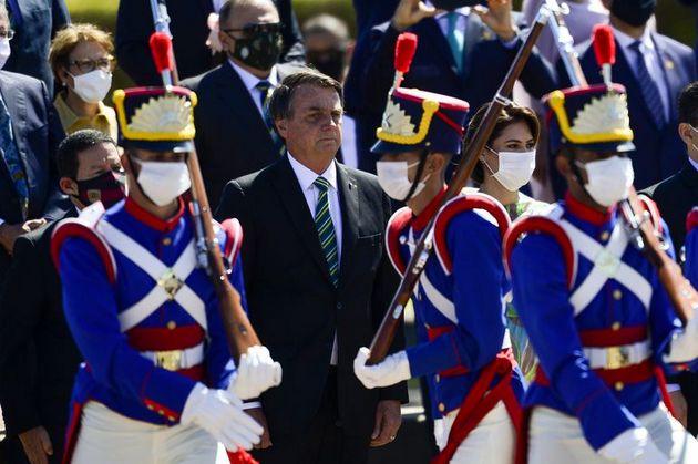 El presidente Jair Bolsonaro en acto de conmemoración del Día de la Independencia de Brasil, el 7 de septiembre, en Brasilia. Todas las autoridades e incluso los militares que participaban en el desfile llevaban mascarilla, menos el mandatario, quien persiste en menospreciar la covid, incluso después de contagiarse. Foto: Marcelo Camargo/Agência Brasil