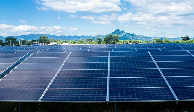 Una de las instalaciones fotovoltaicas más grandes de América Central, con 320 000 paneles solares, situada en el centro de El Salvador. Los países latinoamericanos apuestan a la energía solar como puntal de la transición energética, reforzada por los compromisos adquiridos en el Acuerdo de París sobre cambio climático. Foto: Edgardo Ayala/IPS