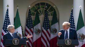 Los presidentes de Estados Unidos, Donald Trump (D), y de México, Andrés Manuel López Obrador (I), durante su encuentro en la Casa Blanca, el 8 de julio, en plena pandemia de covid. Pese a estar en las antípodas políticas , los dos gobernates coinciden en descalificar al periodismo crítico con su gestión. Foto: Toa Dufour/Casa Blanca