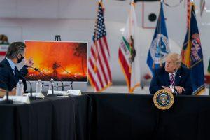 """El presidente Donald Trump escucha al gobernador de California, Gavin Newsom, durante su visita el lunes 14 a ese estado asolado por los incendios. Allí Trump confirmó su """"negacionismo"""" a que el cambio climático tenga que ver con los cada vez más virulentos y frecuentes incendios en la costa oeste de Estados Unidos y aseguró que """"el clima se va a enfriar"""" y que solo hay que """"esperar un poco"""". Foto: Casa Blanca"""