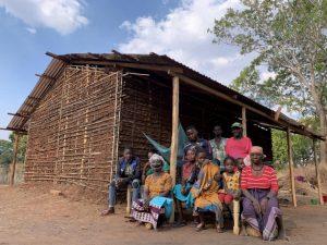 Joaquina (con mascarilla), rodeada de familiares en la casa de un hermano, después de que su aldea fue atacada e incendiada por militantes islamistas en el norte de Mozambique. Los desplazamientos por conflictos crecen en el mundo y afectan a unos 45 millones de personas. Foto: Deiliany Souza/Acnur