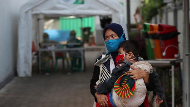 Madres con sus bebés dejan de acudir a consultas de salud por cierre de algunos de esos servicios, dificultades de transporte o miedo al coronavirus, lo que incrementa el riesgo de contraer enfermedades y morir. Foto: BM