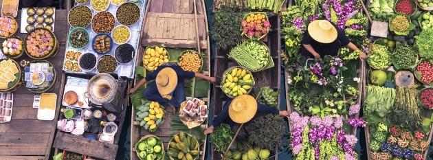 Toma aérea de un mercado de frutas muestra la necesidad de combatir el desperdicio de alimentos.