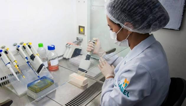 Las mujeres son apenas un tercio de quienes estudian carreras de ciencias, tecnología, ingeniería y matemáticas (STEM) en la región. Países como Chile y El Salvador registran la mayor disparidad, donde solo representan 17 por ciento del total de graduados. Foto: Universidad Federal de Ceará