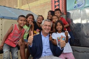 Filippo Grandi, alto comisionado de las Naciones Unidas para los Refugiados, rodeado de niños refugiados venezolanos del pueblo warao, en el estado brasileño de Roraima, durante una visita a la zona en 2019. Foto: Cuenta en Twitter de Filippo Grandi.