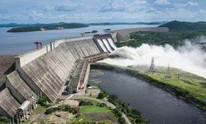 Fotografía aérea de gran represa que destruye biodiversidad en área protegida en Venezuela.