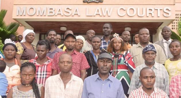 Activistas de la comunidad Owino Uhuro lograron que un tribunal ordenase reparar daños que la deficiente fundición de plomo causó a las personas y el ambiente. La dirigente Phyllis Omido, al centro, lleva un vestido con los colores de la bandera de Kenia. Foto: CJGEA