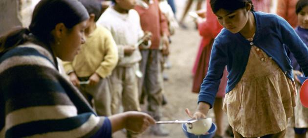 Niños en una zona pobre de Ecuador acuden a un reparto de comidas. La pobreza en todo el mundo puede aumentar en parte por las debilidades de los programas de protección social emprendidos para resistir el impacto socioeconómico de la pandemia, según la ONU. Foto: Jamie Martin/BM