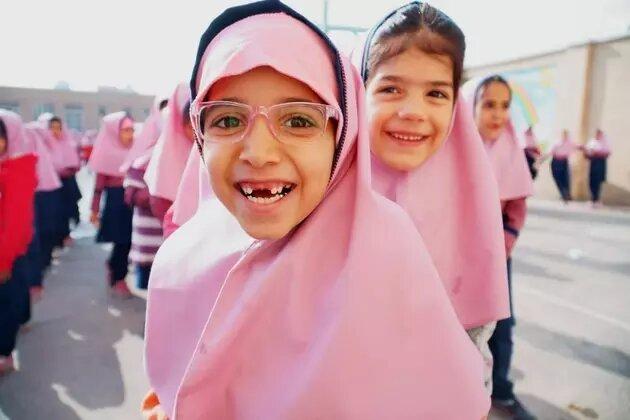 Una mañana en la escuela primaria Vahdat, en Isfahan, Irán, donde niñas refugiadas e iraníes se preparan para empezar clases. Acnur propone garantizar que, al reabrir las escuelas tras la pandemia, se garantice a las niñas refugiadas en todo el mundo iguales oportunidades. Foto: Mohammad Hossein Dehghanian/Acnur