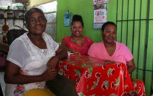 Hortensia, Aleida y Cirenia, en su fonda Yaneli, ubicada en el mercado de Cuajinicuilapa. Foto: Franyeli García/Amapola