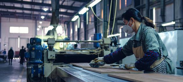 Trabajadora en una fábrica en China. La Unctad recomienda aumentar empleos de alta productividad, mejorar salarios y reconocer una remuneración adecuada al trabajo de las mujeres, incluida la prestación de cuidados. Foto: OIT