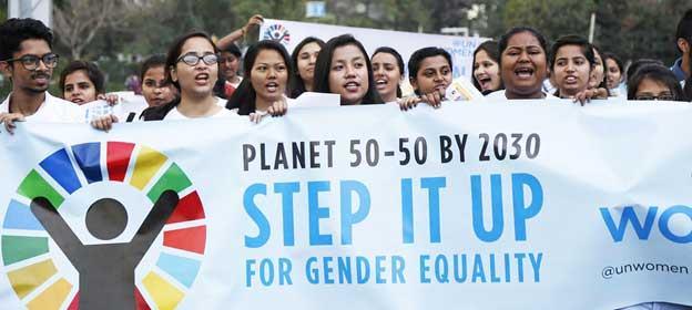 """""""Un planeta 50-50 para 2030"""", reza una pancarta en una manifestación en India a favor de la igualdad de género. Foto: ONU Mujeres"""
