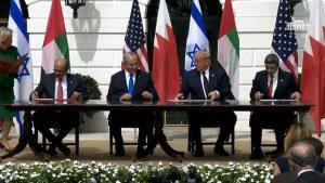 Representantes de Israel, Emiratos Árabes Unidos y Bahrein firman el 15 de septiembre un acuerdo de establecimiento de relaciones diplomáticas entre los dos países árabes y Tel Aviv, en un acto presidido por Donald Trump y realizado en la Casa Blanca. Foto: Captura de YouTube