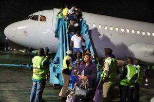 Migrantes nigerianos retornan a Lagos desde Libia. En los últimos años miles de ciudadanos de Nigeria han sido rescatados en Libia, Líbano y otros países de Medio Oriente tras ser víctimas de diferentes modalidades de trata de personas, incluida la esclavitud. Al menos 80 000 nigerianas fueron retenidas como esclavas sexuales o trabajadoras forzadas en diferentes países de esa región. Foto: Sam Olukoya / IPS