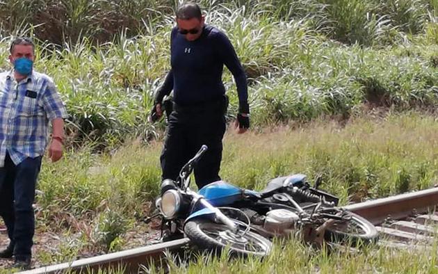 Policías revisan la escena donde fue hallado el cuerpo decapitado del periodista Julio Valdivia. Foto: Pie de Página