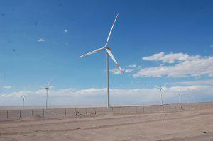 Molinos de viento en Calama, en el desierto de Atacama, en el norte de Chile. Los proyectos de aprovechamiento en Chile de su alto potencial en energías renovables no convencionales, han logrado reducir la dependencia del país de combustibles fósiles importados y que el costo de general de la energía caiga. Foto: Marianela Jarroud/IPS