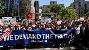 """Protestas bajo el lema """"exigimos la verdad"""" en relación a la interferencia rusa en las elecciones presidenciales de EE UU."""