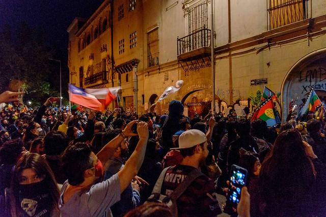 La rebelión social chilena proclama una nueva constitución rechazando a la política tradicional.