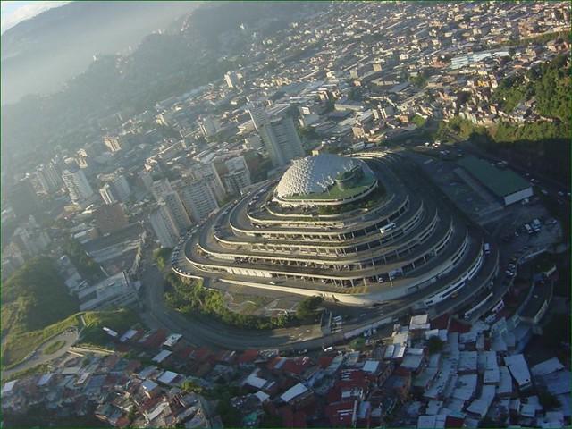 El edificio del Helicoide, en Caracas, actual sede del Servicio Bolivariano de Inteligencia Nacional (Sebin) y uno de sus centros de detención. Foto: Flakiz/Flickr