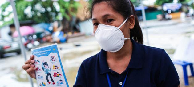 Una activista distribuye consejos sobre salud mental para familias en Bangkok, durante la pandemia covid-19, la cual ha mermado los recursos destinados a ese tema dentro de los programas de salud de muchas naciones, según la OMS. Foto: Sukhum Preechapanic/Unicef