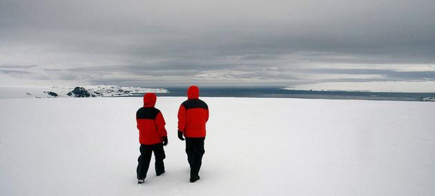 Exploradores caminan en la isla Rey Jorge, de la región antártica sobre la cual se abre cada año un agujero en la capa de ozono que impacta negativamente en la salud humana y los ecosistemas. Foto: Eskinder Debebe/ONU