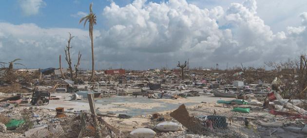 Vista de la destrucción causada en septiembre de 2019 por el huracán Dorian en el puerto de Marsh, isla de Ábaco en Bahamas. Los eventos meteorológicos extremos se mantienen como una amenaza que hace imprescindible un sistema de alertas tempranas, dice la OMM. Foto: Mark Garten/ONU