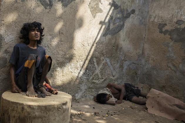 En todo el mundo cientos de miles de personas con problemas de salud mental viven largo tiempo encadenados en casas de sus parientes o en instituciones con pésimas condiciones de higiene, ante la falta de servicios de salud para su adecuado tratamiento. Foto: HRW