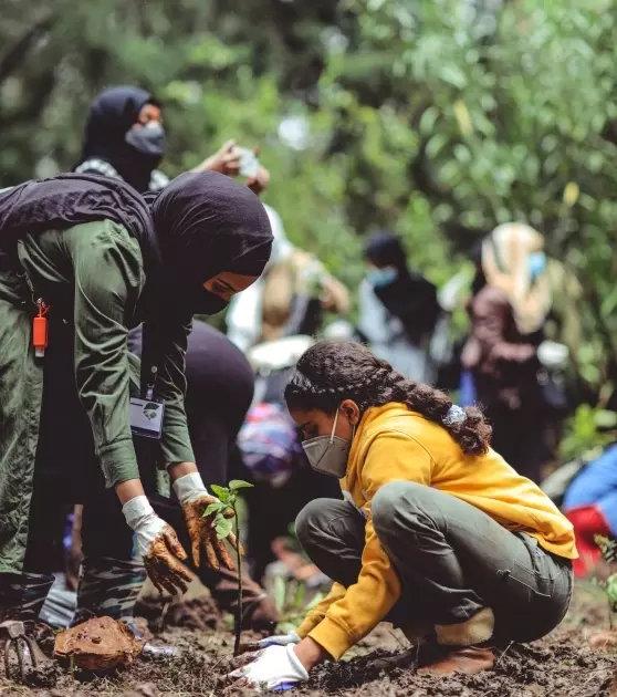 Madre e hija siembran plántulas de árboles en Addis Abeba, la capital de Etiopía, en el marco de un gran programa de recuperación de sus bosques. En países del Norte y del Sur las tareas de restauración de ecosistemas hacen parte de planes para encarar la pandemia. Foto: Eyol Kahssay/Unplash-Pnuma