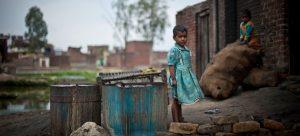 Una niña juega a las afueras de su casa en un cinturón de miseria en Uttar Pradesh, norte de India. La mayoría de los cientos de millones de niños en condición de pobreza extrema habitan en África subsahariana y el sur de Asia., Foto: Niklas Hallen/Unicef