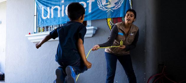 Un niño en un centro de Tijuana, norte de México, juega con una trabajadora de Unicef. Seis de cada 10 niños mexicanos son víctimas de castigos corporales y humillantes, según agencias de la ONU. Foto: Balam-ha Carrillo/Unicef